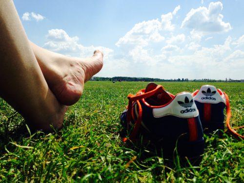 Stellt die nackten Füße ins Gras!